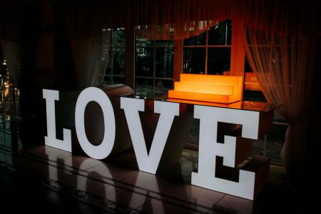 Stół LOVE + Podstawka ekspozycyjna